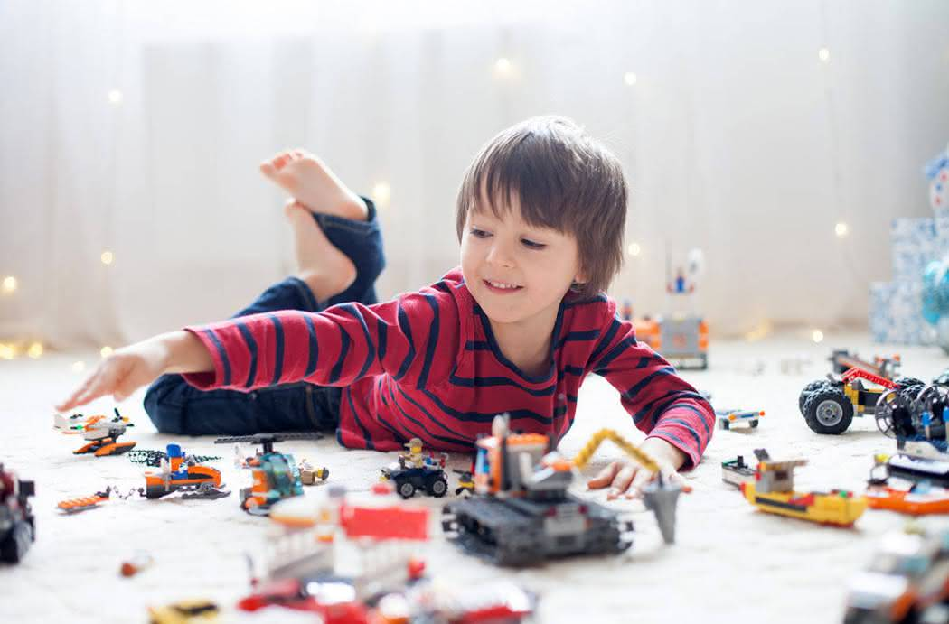 Мальчик и игрушки картинки